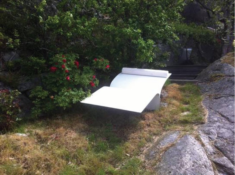Contemporary Minimal Style Bird Bed Outdoor Daybed in Recycled Aluminum In New Condition For Sale In Brooklyn, NY