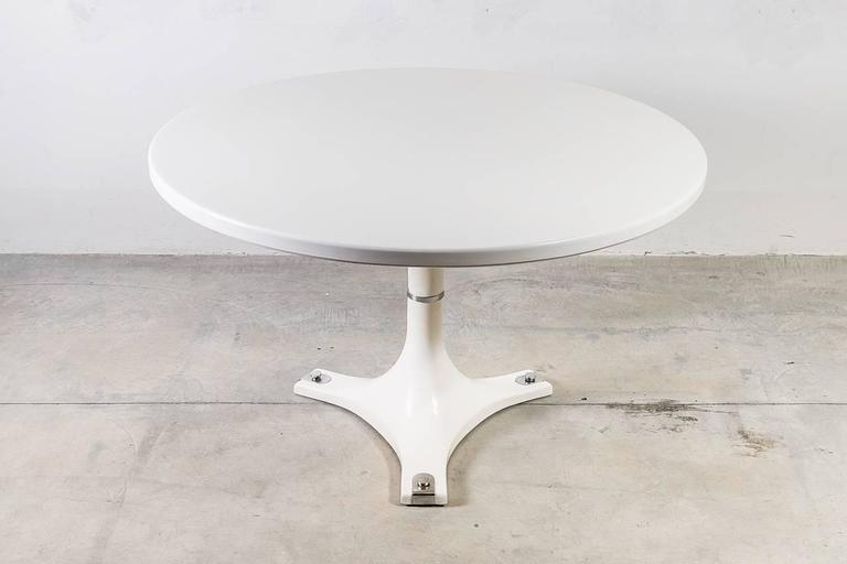 This very rare dining table is a statement piece. Coated in polyester resin and chrome plated steel feet, it was designed by Anna Castelli Ferrieri for Kartell in 1967. This version with the chrome plating on the feet is almost impossible to find in