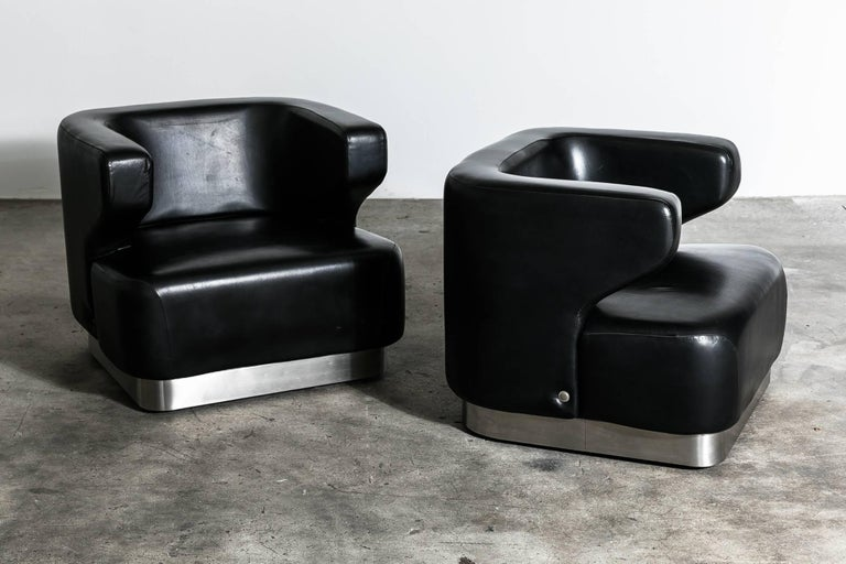 Elegant and very rare pair of lounge chairs in original leather by Gianni Moscatelli for Formanova. circa 1970, Italy.