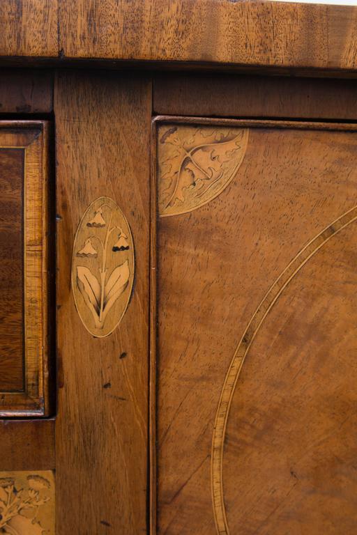 18th Century English George III Mahogany Inlaid Serpentine Sideboard For Sale 1