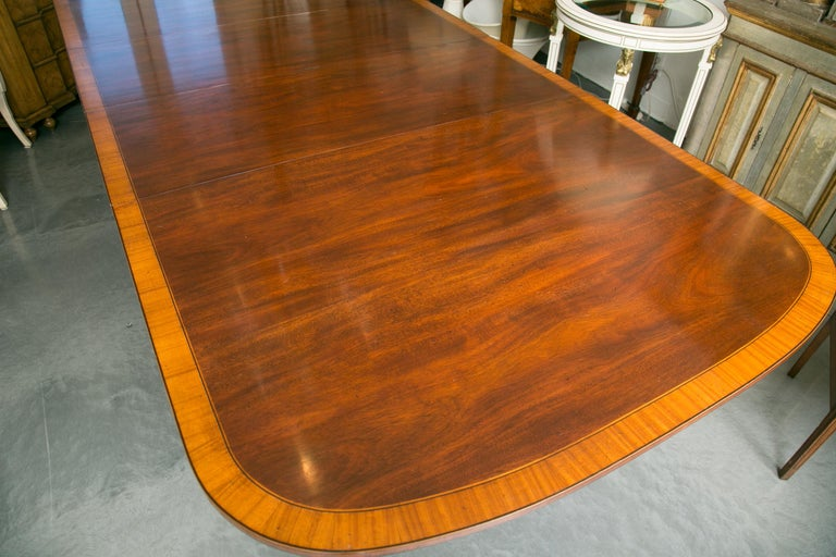 English Mahogany Dining Table with Inlay Banding For Sale 3