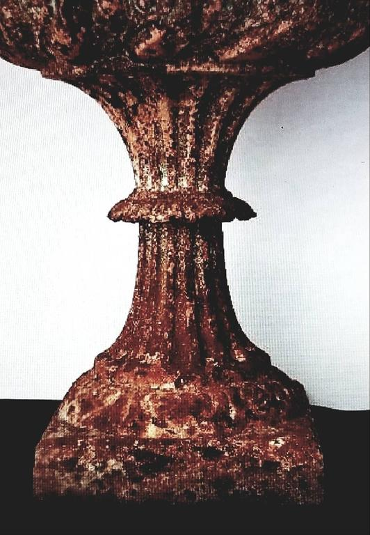 American 19th Century Cast Iron Urn with Leaf and Groove Design For Sale