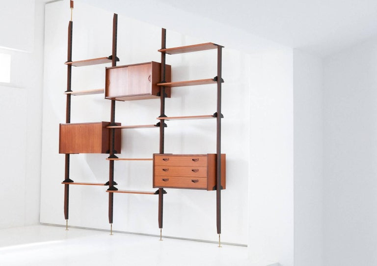 Italian Teak and Brass Floor to Ceiling Wall Unit -Bookshelf, 1950s  In Excellent Condition For Sale In Rome, IT