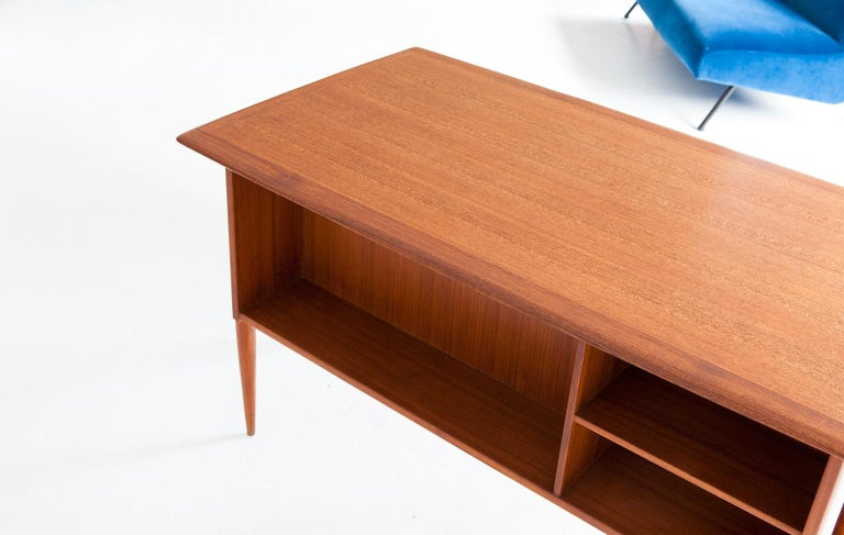 Fully Restored Danish Mid-Century Modern Teak Day Desk, 1950s In Good Condition For Sale In Rome, IT