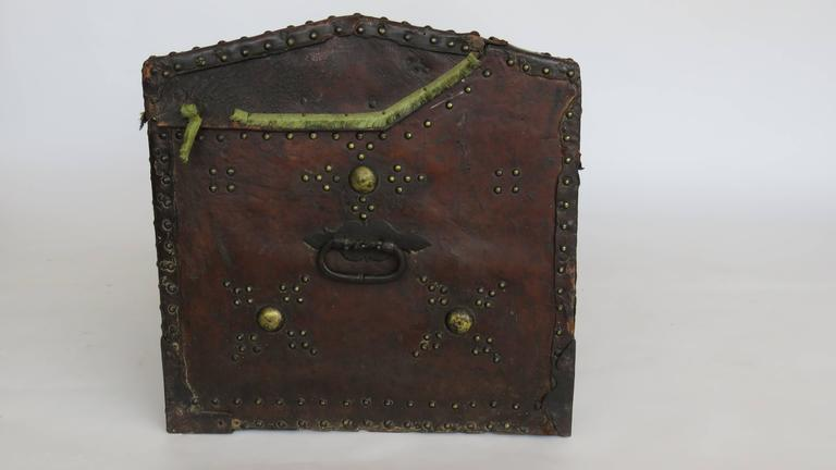 18th Century Spanish Leather Mounted Coffer Trunk In Good Condition For Sale In Alella, ES