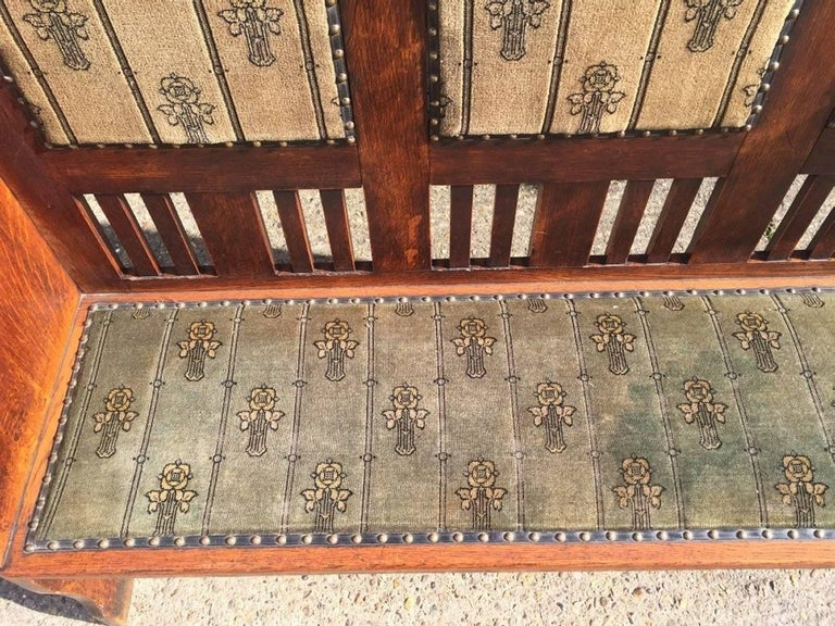 Rare Arts & Crafts Glasgow School Oak Settle with Stunning Original Fabric In Good Condition For Sale In London, GB