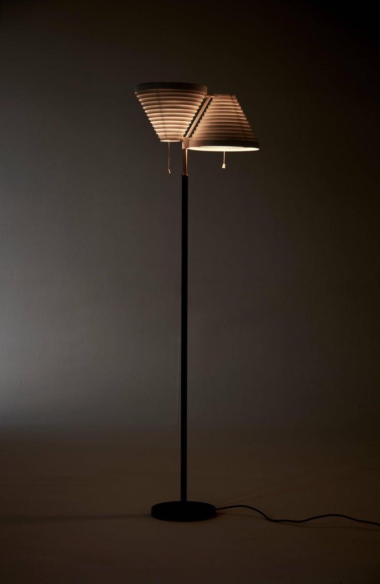 Alvar Aalto A810 Floor Lamp, Valaisinpaja Oy, Finland In Good Condition For Sale In London, GB