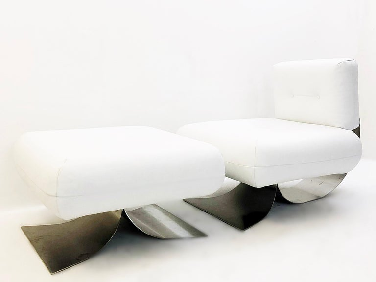 Iconic lounge chair and ottoman designed by Oscar Niemeyer for Mobilier International in the 1970s. Steel structure, bakelite knobs, white leather.