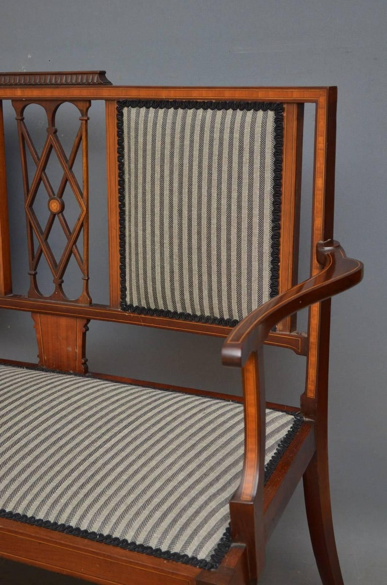 Early 20th Century Edwardian Mahogany and Inlaid Settee For Sale