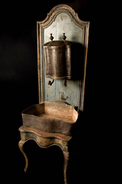 Louis XVI A rare Louis XV wooden throne with zinc water font, 18th century For Sale