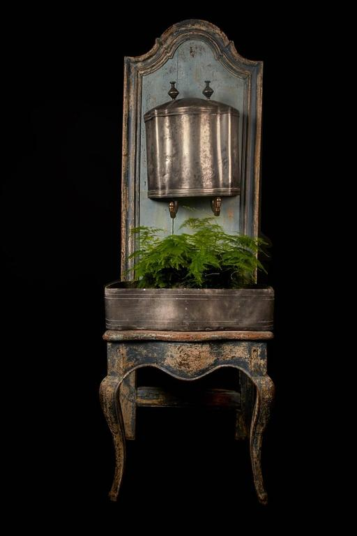 French A rare Louis XV wooden throne with zinc water font, 18th century For Sale