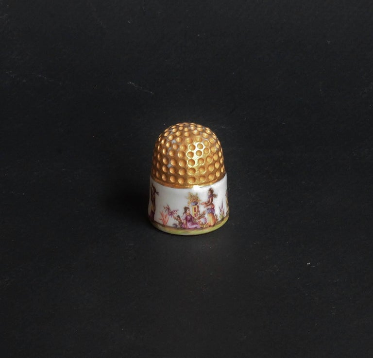 A Meissen Porcelain thimble with chinoiserie scenes and coat of arms of Johann Christian Hennicke (1681-1752). No marks, circa 1735-1740. Measures: Height: 2.8 cm and diameter: 2 cm. Good state.