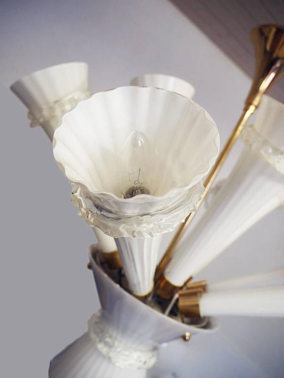 Zehnarmiger Leuchter aus mundgeblasenem trompetenförmigem Murano-Opalglas, 1960er Jahre 6