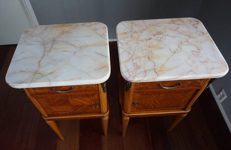 Antique Pair of Kingwood & Inlaid Satinwood Bedside Cabinets / Nightstands For Sale 3