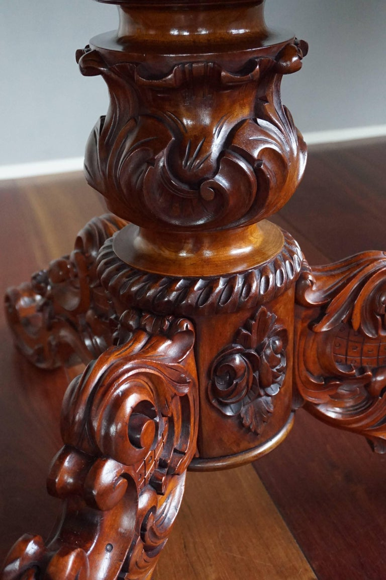 19th Century Mahogany Dining or Center Table with Hand-Carved Tripod Base In Good Condition For Sale In Lisse, NL