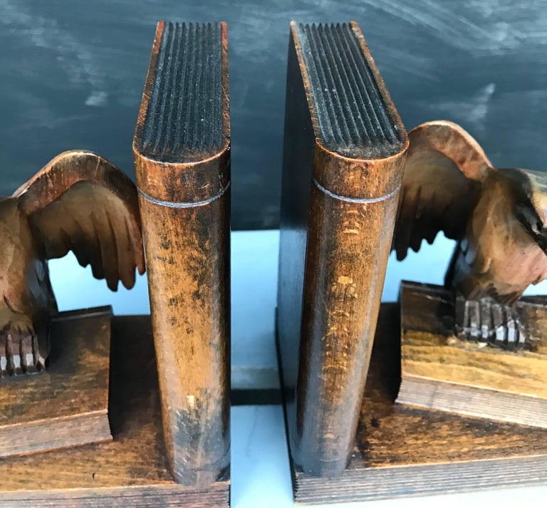 Rare Early 1900s Hand-Carved Solid Wood Pair of Winged American Eagle Bookends In Excellent Condition For Sale In Lisse, NL