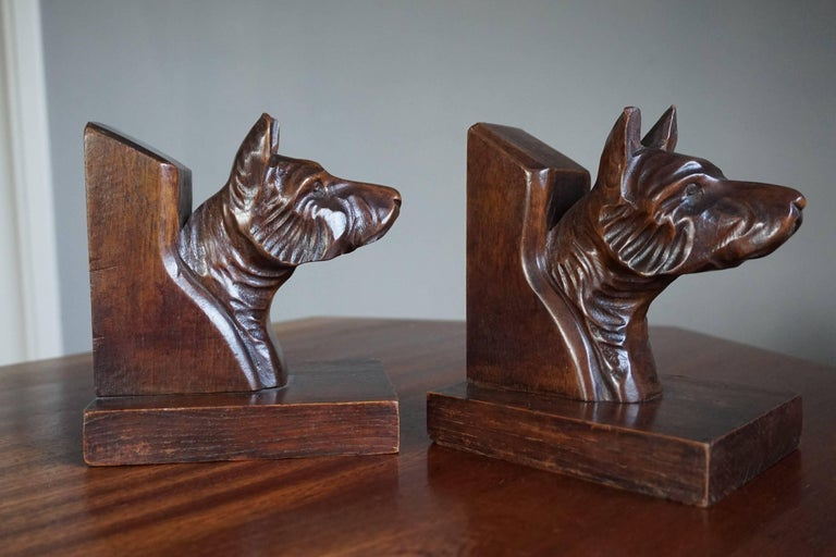 French Early 20th Century Quality Carved Chestnut Dog Bust Bookends on an Oak Base For Sale