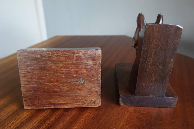 Early 20th Century Quality Carved Chestnut Dog Bust Bookends on an Oak Base For Sale 3