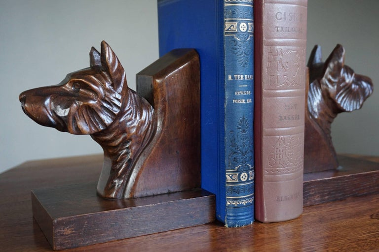 Early 20th Century Quality Carved Chestnut Dog Bust Bookends on an Oak Base For Sale 4
