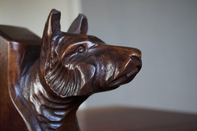 Early 20th Century Quality Carved Chestnut Dog Bust Bookends on an Oak Base In Good Condition For Sale In Lisse, NL