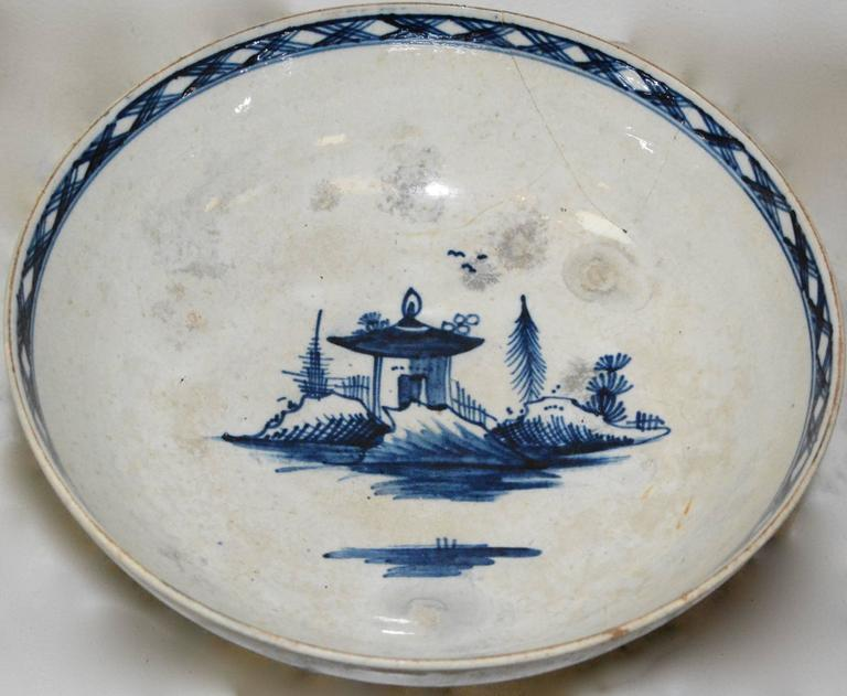 Late 18th Century Chinese Export Porcelain Bowl For Sale
