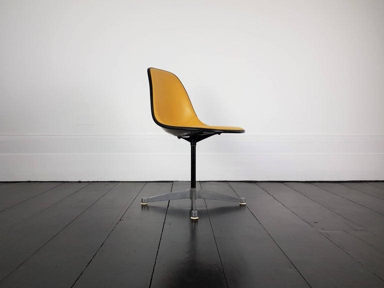 American Vintage Vinyl Upholstered Eames Swivel Chair on Contractor Base, Herman Miller For Sale