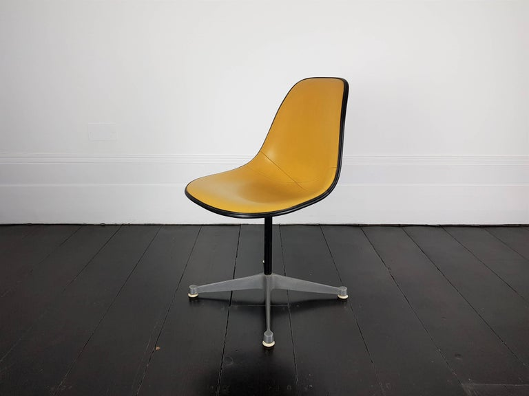 Vintage Vinyl Upholstered Eames Swivel Chair on Contractor Base, Herman Miller In Fair Condition For Sale In London Road, Baldock, Hertfordshire