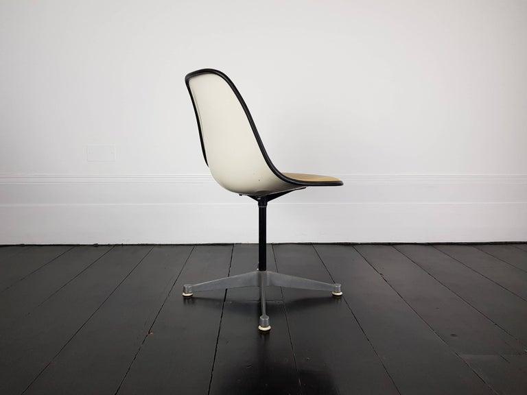 Mid-Century Modern Vintage Vinyl Upholstered Eames Swivel Chair on Contractor Base, Herman Miller For Sale