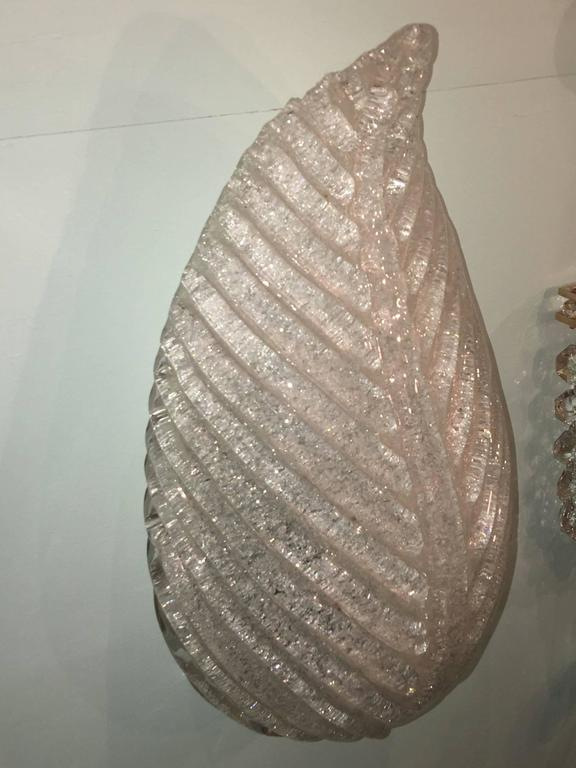 A beautiful single Murano glass sconce in leaf form. This fixture requires one European E 14 candelabra bulb, up to 40 watts.