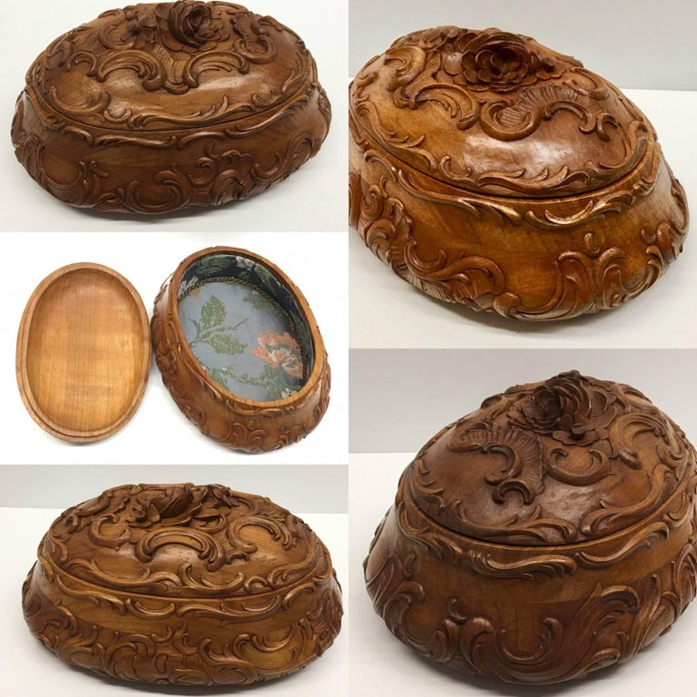 End of 19th century hand-carved box with branches and leaves and flowers. The entire box is hand-carved, with more leafs and flowers decoration on the lid. This is a wonderful example of Black Forest carving. This box can be used as trinket box or
