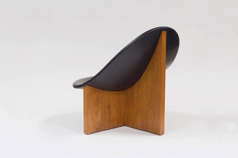 Hand-Crafted Nido Lounge Chair in Solid Walnut and Black Leather Seat by Estudio Persona For Sale