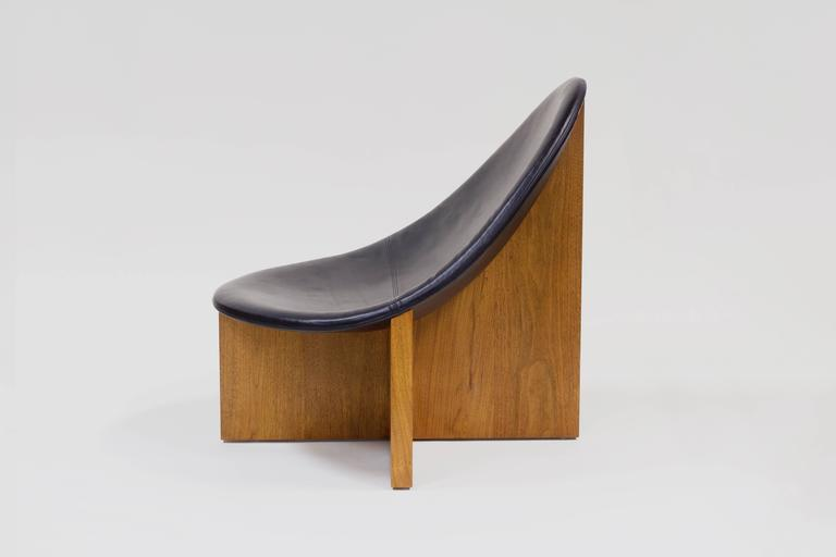 Contemporary Nido Lounge Chair in Solid Walnut and Black Leather Seat by Estudio Persona For Sale