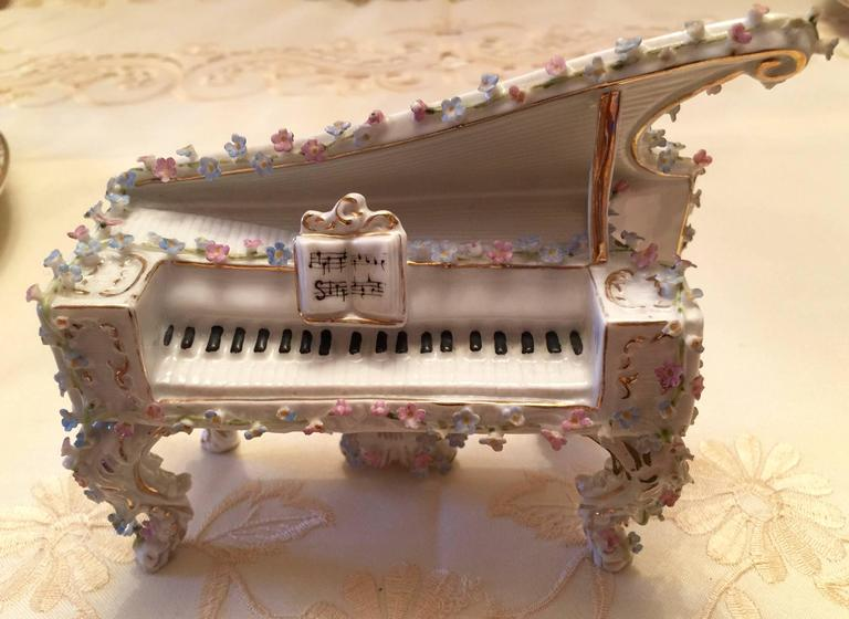Collection of Meissen Miniatures with Applied Floral Work Six Pieces In Good Condition For Sale In Washington Crossing, PA