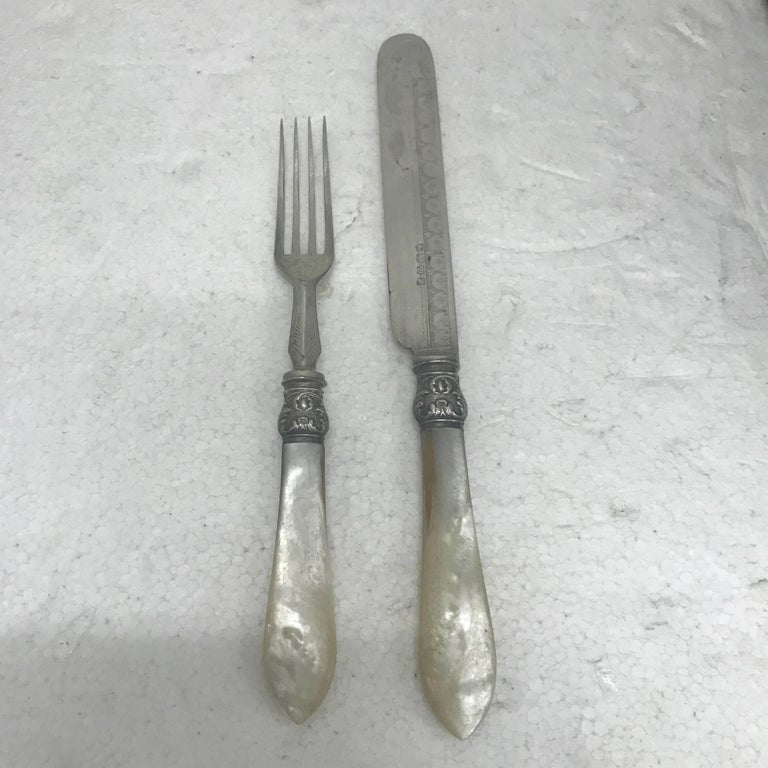 Set of 24 silver plated and mother-of-pearl tableware in their original wood box, made in England in circa 1870. Measures: Knife length 21 cm fork length 17 cm.