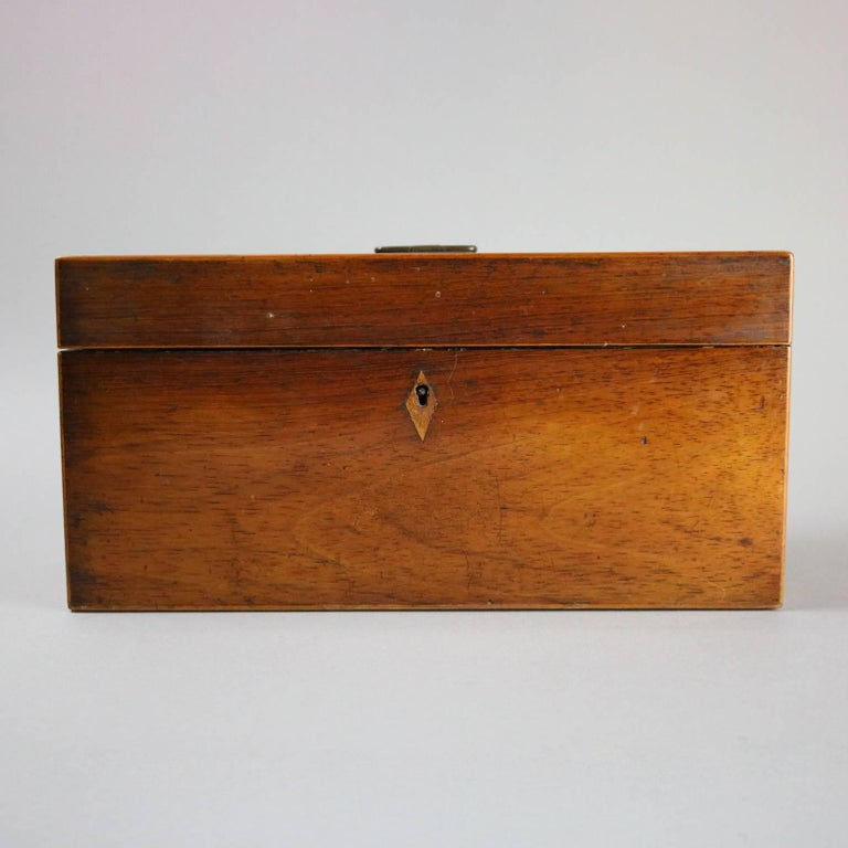 Antique English Georgian Mahogany Tea Caddy, Inlaid Escutcheon, circa 1870 In Good Condition For Sale In Big Flats, NY