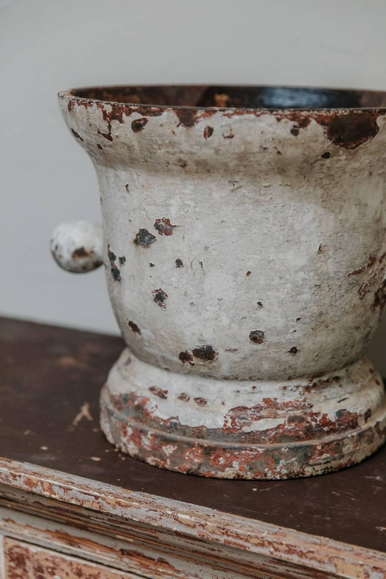 This is a cast iron mortar, with rests of old paint, very charming object, indoors as well as outdoors.