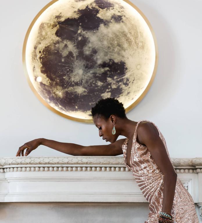 Zeitgenössische Mond-Wandleuchte aus Bronze und Glas 3