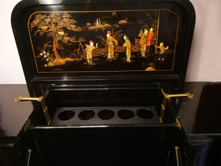 Lacquered Midcentury Chinoiserie Inlaid Decorated Mahogany Bar Buffet, Black Laquered For Sale