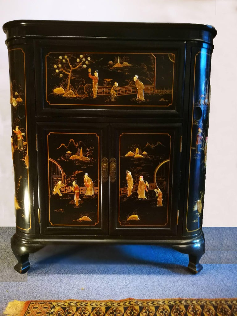 Lacquer Midcentury Chinoiserie Inlaid Decorated Mahogany Bar Buffet, Black Laquered For Sale