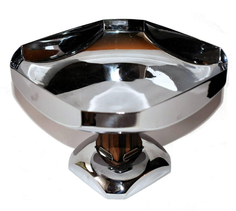 Very stylish 1930s modernist chrome coupe fruit bowl. Originating from France, this comport would make a great centrepiece to any table setting. The pedestal is walnut which contrasts beautifully with the chrome. Ideal for your dinner table or side