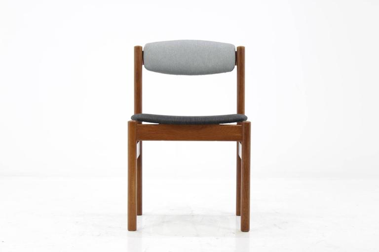 The frame of each chair is made from oak. The backrests were newly upholstered with fabric upholstery. Rest in good original condition.