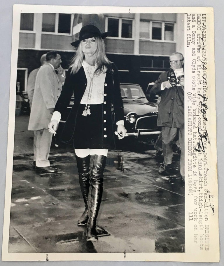 Vintage Brigitte Bardot press photo, circa early 1970s.  Measures: 6 x 9 inches Good condition.  Related categories: Jean Luc Godard. French New Wave. Jane Birkin.  Francoise Hardy. Serge Gainsbourg. Raymond Cauchetier.