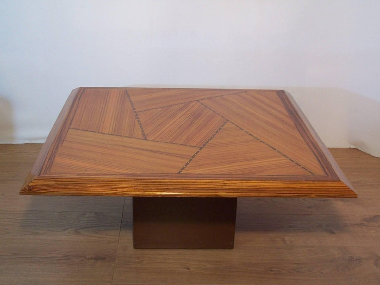 Beautiful combination of wood species, such as the Zebrano (central African tree, brown to black on beige), for this coffee table with a design and a resolutely modern look. Sublime work of contemporary marquetry, work of freeform, subtle frieze in
