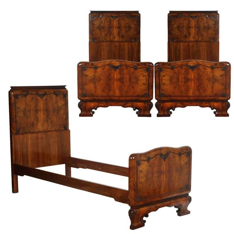 1920s Italian Art Deco Bedroom Set in Walnut and Burl Walnut by Meroni & Fossati In Excellent Condition For Sale In Vigonza, Padua