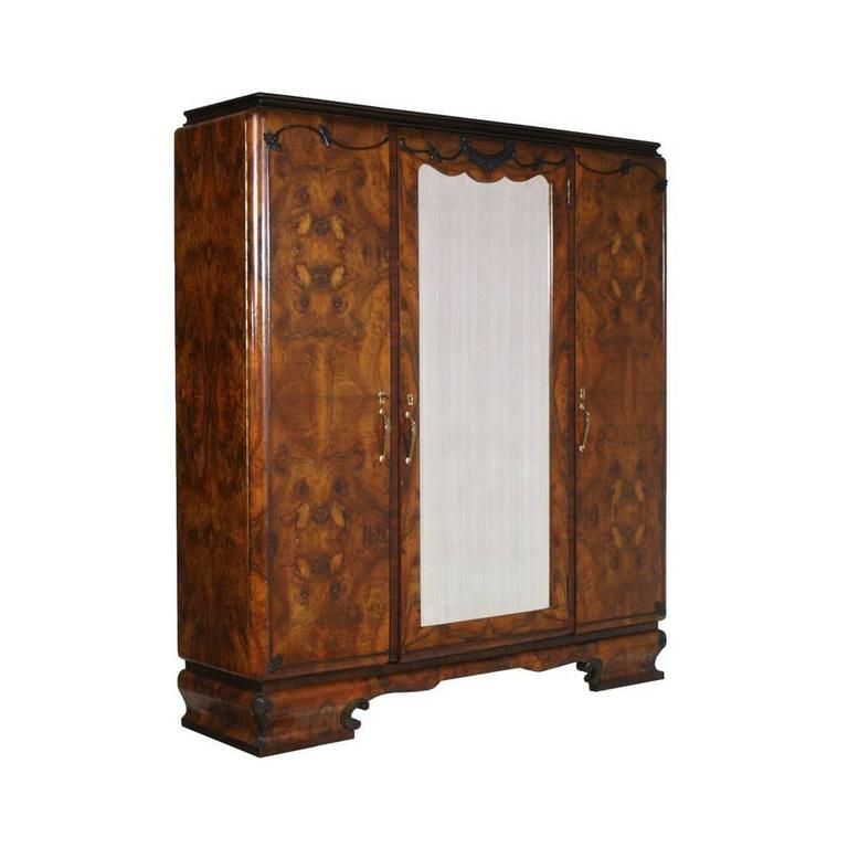 Early 20th Century 1920s Italian Art Deco Bedroom Set in Walnut and Burl Walnut by Meroni & Fossati For Sale