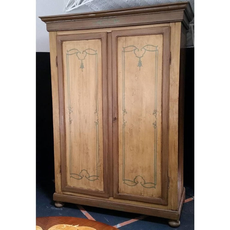 18th C. Venetian rustic Wardrobe with decorations and original exterior lacquer In Good Condition For Sale In Vigonza, Padua