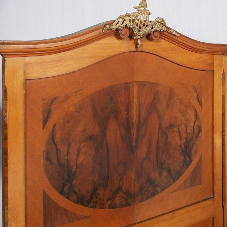 1920s Antique Italian Art Nouveau Pair of Beds in Cherrywood and Burl Walnut In Excellent Condition For Sale In Vigonza, Padua