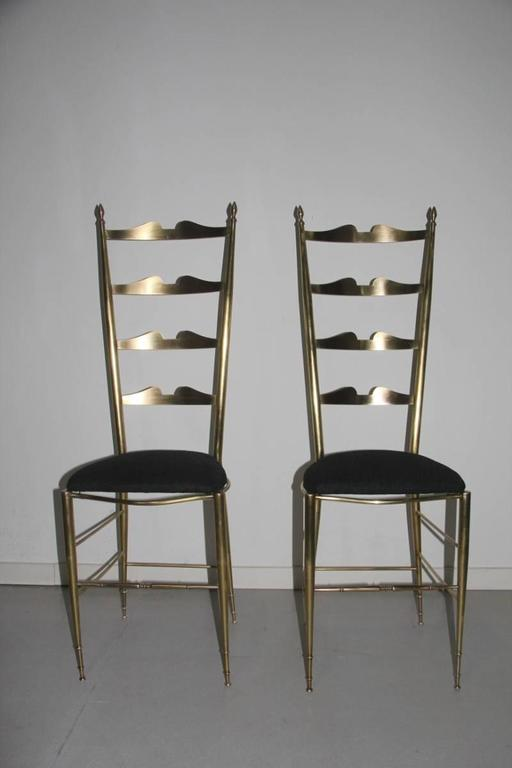 Pair of High-Backed Chairs in Contoured Brass Italian Design In Excellent Condition For Sale In Palermo, Sicily