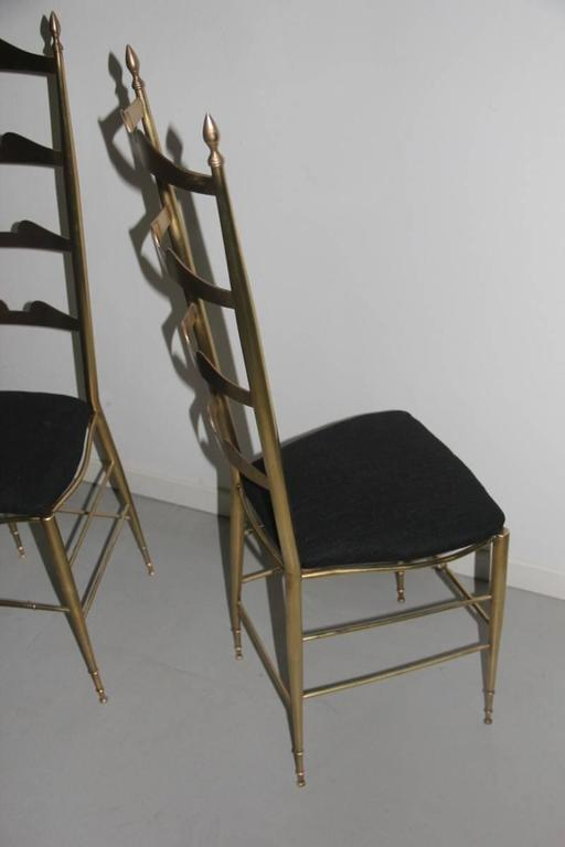 Pair of High-Backed Chairs in Contoured Brass Italian Design For Sale 2