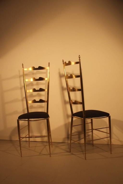 Pair of High-Backed Chairs in Contoured Brass Italian Design For Sale 1